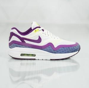 Buty sportowe Nike na koturnie w sportowym stylu