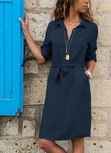 Niebieska sukienka Sandbella z kołnierzykiem z długim rękawem mini