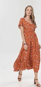 Pomarańczowa sukienka born2be z krótkim rękawem z dekoltem w kształcie litery v