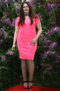 Różowa sukienka Oscar Fashion dopasowana midi z krótkim rękawem