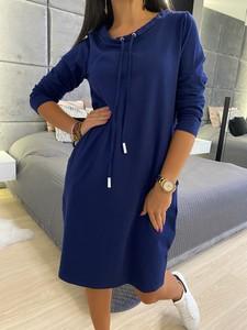 Niebieska sukienka ModnaKiecka.pl prosta w sportowym stylu