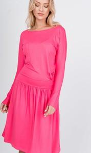 Różowa sukienka ZOiO.pl z okrągłym dekoltem w stylu casual