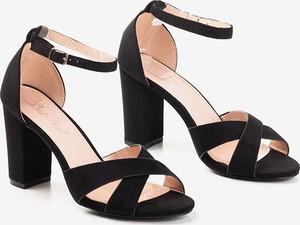 Czarne sandały Royalfashion.pl na obcasie z klamrami na średnim obcasie