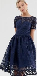 Granatowa sukienka Chi Chi London z krótkim rękawem
