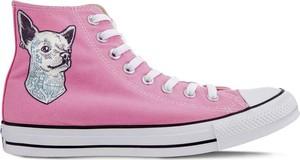 Różowe trampki Converse sznurowane w stylu casual