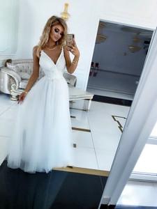 Sukienka E-sukienki.pl z dekoltem w kształcie litery v maxi z tiulu