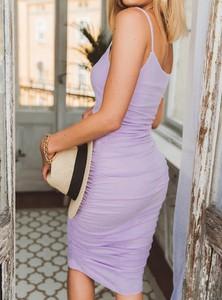 Sukienka SELFIEROOM z dekoltem w karo na ramiączkach w stylu casual