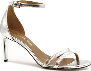 Srebrne sandały Neścior na obcasie z klamrami