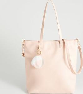 Różowa torebka Sinsay z pomponami