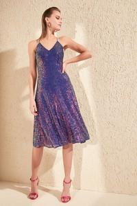 Sukienka Trendyol z dekoltem w kształcie litery v na ramiączkach midi
