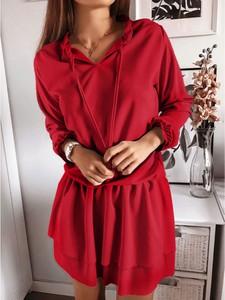 Czerwona sukienka magmac.pl rozkloszowana z długim rękawem z dekoltem w kształcie litery v