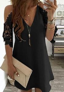 Czarna sukienka Cikelly z długim rękawem z odkrytymi ramionami