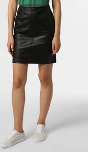 Czarna spódnica Marie Lund w rockowym stylu