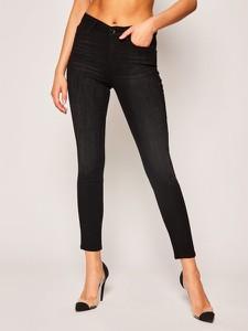 Czarne jeansy Guess w street stylu