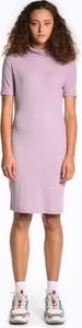 Różowa sukienka Gate ołówkowa z krótkim rękawem