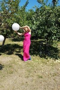 Różowa sukienka Meleksima z okrągłym dekoltem maxi