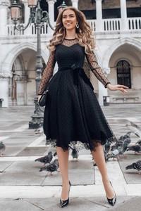 Czarna sukienka Ivet.pl z okrągłym dekoltem midi z długim rękawem