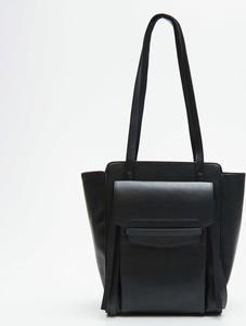 Czarna torebka Cropp na ramię duża w wakacyjnym stylu
