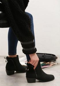 Czarne botki born2be w stylu casual na obcasie