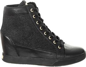 Sneakersy Guess na platformie sznurowane