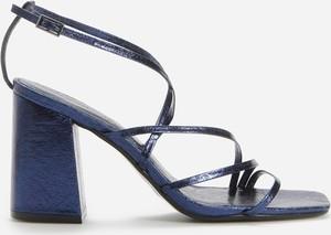 Granatowe sandały Reserved na średnim obcasie z klamrami