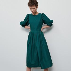 Zielona sukienka Reserved rozkloszowana z długim rękawem midi