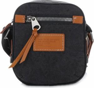 Czarna torebka David Jones w młodzieżowym stylu