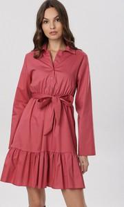 Różowa sukienka born2be z długim rękawem