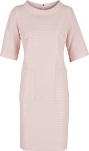 Różowa sukienka Poza z okrągłym dekoltem