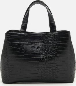 Czarna torebka Cropp do ręki z tłoczeniem średnia