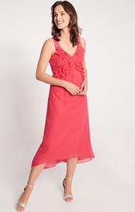 Różowa sukienka QUIOSQUE z dekoltem w kształcie litery v na ramiączkach