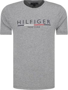 T-shirt Tommy Hilfiger z krótkim rękawem w młodzieżowym stylu z bawełny