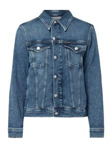 Niebieska kurtka Calvin Klein w street stylu