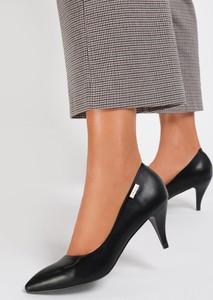 Czarne szpilki Renee na szpilce ze spiczastym noskiem w stylu klasycznym