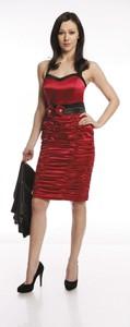 Czerwona sukienka Fokus z dekoltem w kształcie litery v z rubinem