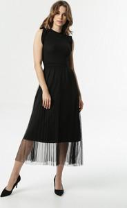 Czarna sukienka born2be rozkloszowana z okrągłym dekoltem