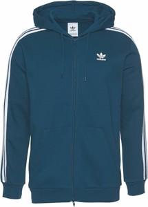 517084cc141c5 Niebieska bluza Adidas Originals w sportowym stylu z dresówki