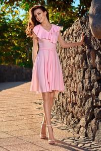 Różowa sukienka Lemoniade z krótkim rękawem wyszczuplająca mini