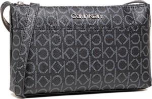 Czarna torebka Calvin Klein z nadrukiem średnia w młodzieżowym stylu
