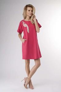 Różowa sukienka Nommo z krótkim rękawem z okrągłym dekoltem