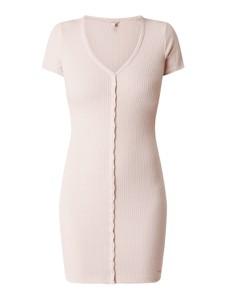 Różowa sukienka Guess mini z dekoltem w kształcie litery v