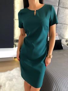 Zielona sukienka ModnaKiecka.pl mini prosta z okrągłym dekoltem