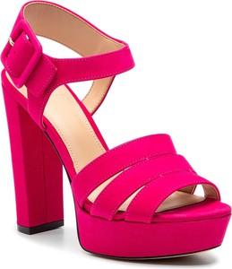 Różowe sandały Guess w stylu klasycznym na wysokim obcasie z klamrami