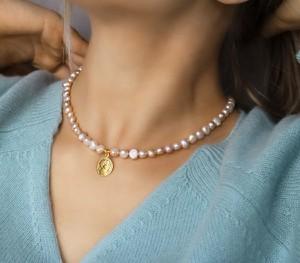 coccola.pl Choker z naturalnych pereł słodkowodnych, z ozdobną monetą oraz srebra 925 pozłacanego S