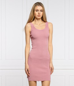 Różowa sukienka Guess mini w stylu casual