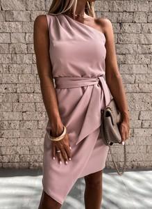 Różowa sukienka Sandbella z okrągłym dekoltem asymetryczna