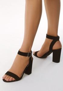 Czarne sandały born2be na słupku