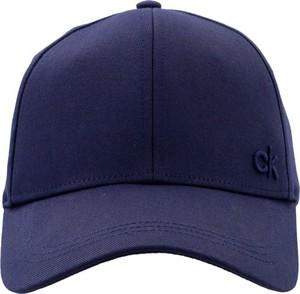 Niebieska czapka Calvin Klein w młodzieżowym stylu