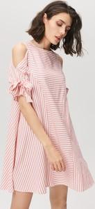 Sukienka FEMESTAGE Eva Minge z odkrytymi ramionami mini z krótkim rękawem