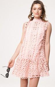 Różowa sukienka born2be bez rękawów mini trapezowa